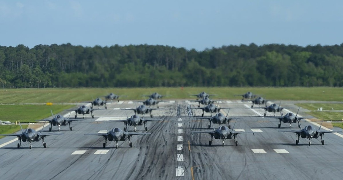 Новейшие американские истребители исполнили «слоновью прогулку»